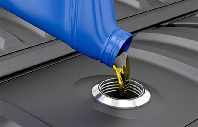 Vertiendo aceite al motor de un auto