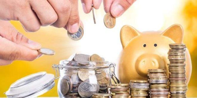 personas colocando monedas en un tarro, columnas de monedas a la derecha