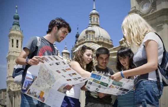 un grupo de cinco turistas consultando guías