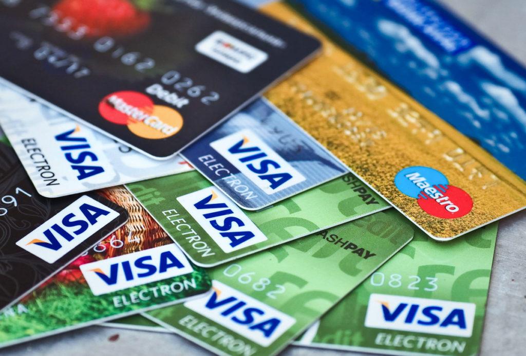 pila de tarjetas de crédito variadas