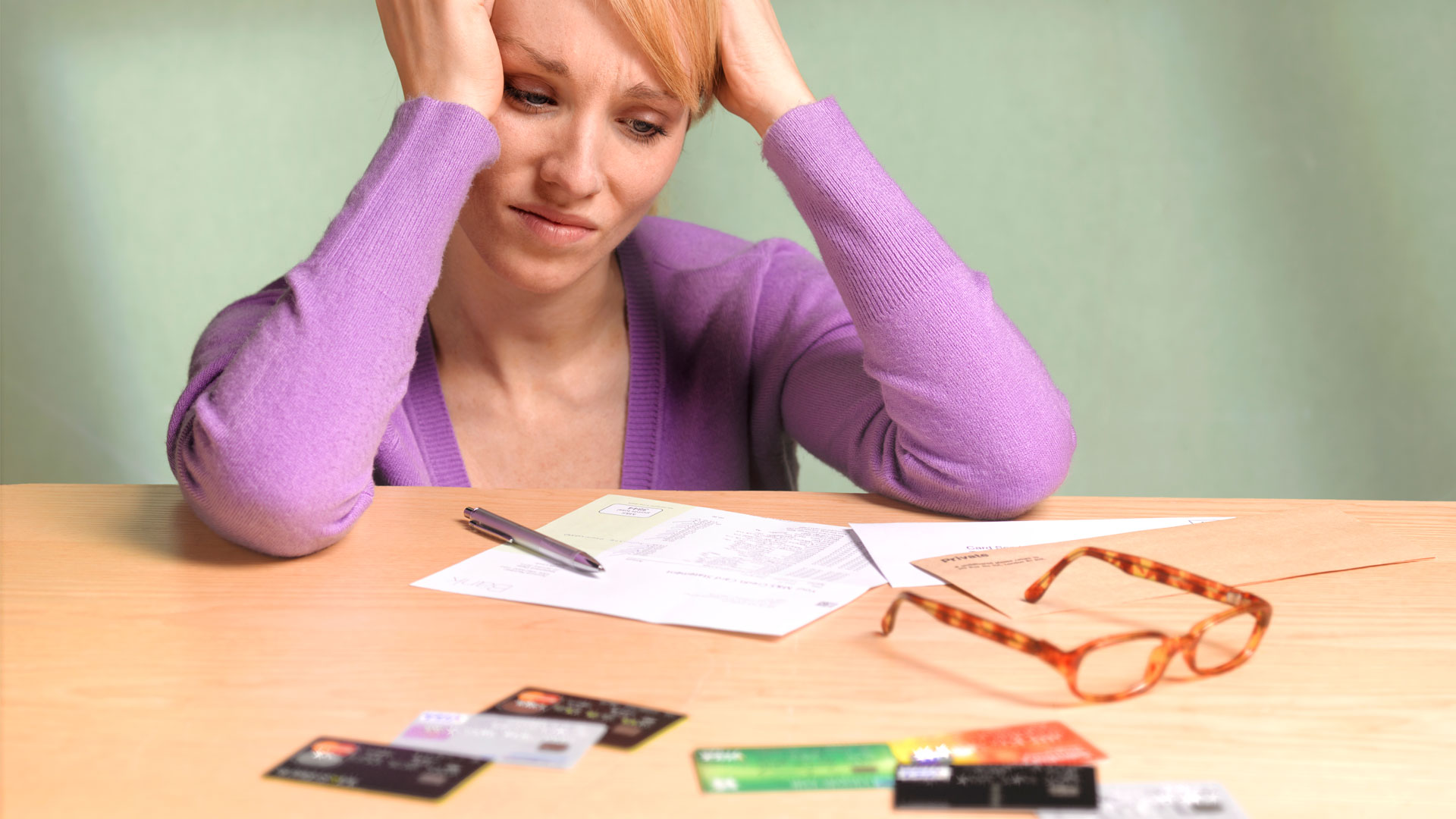 Mujer preocupada por deudas