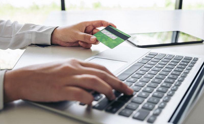 haciendo pago de impuestos en la computadora