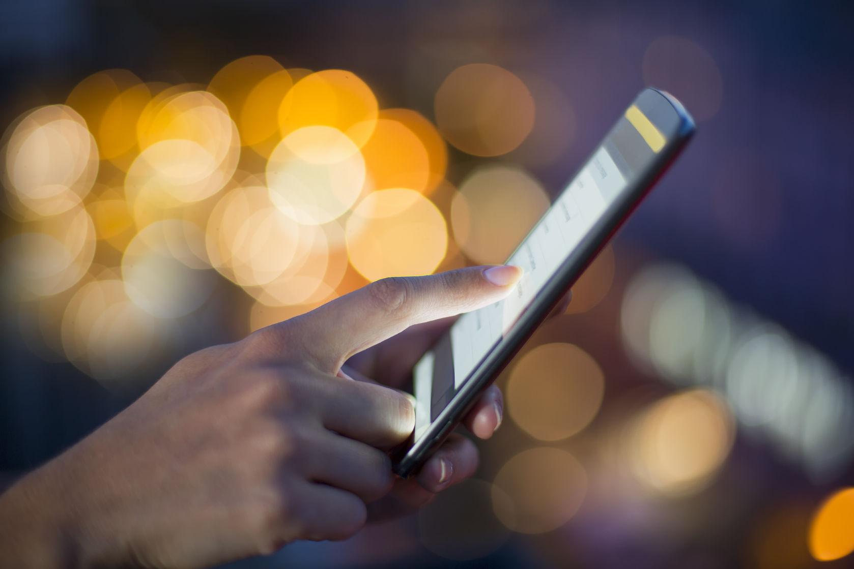 hombre comprando online desde celular