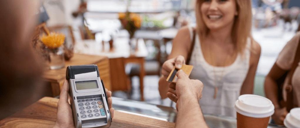 Mujer paga con tarjeta de crédito