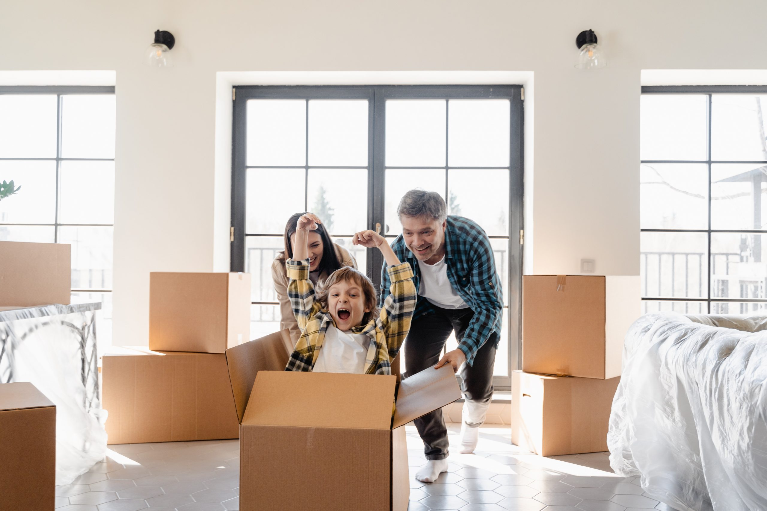 Familia en su nueva casa