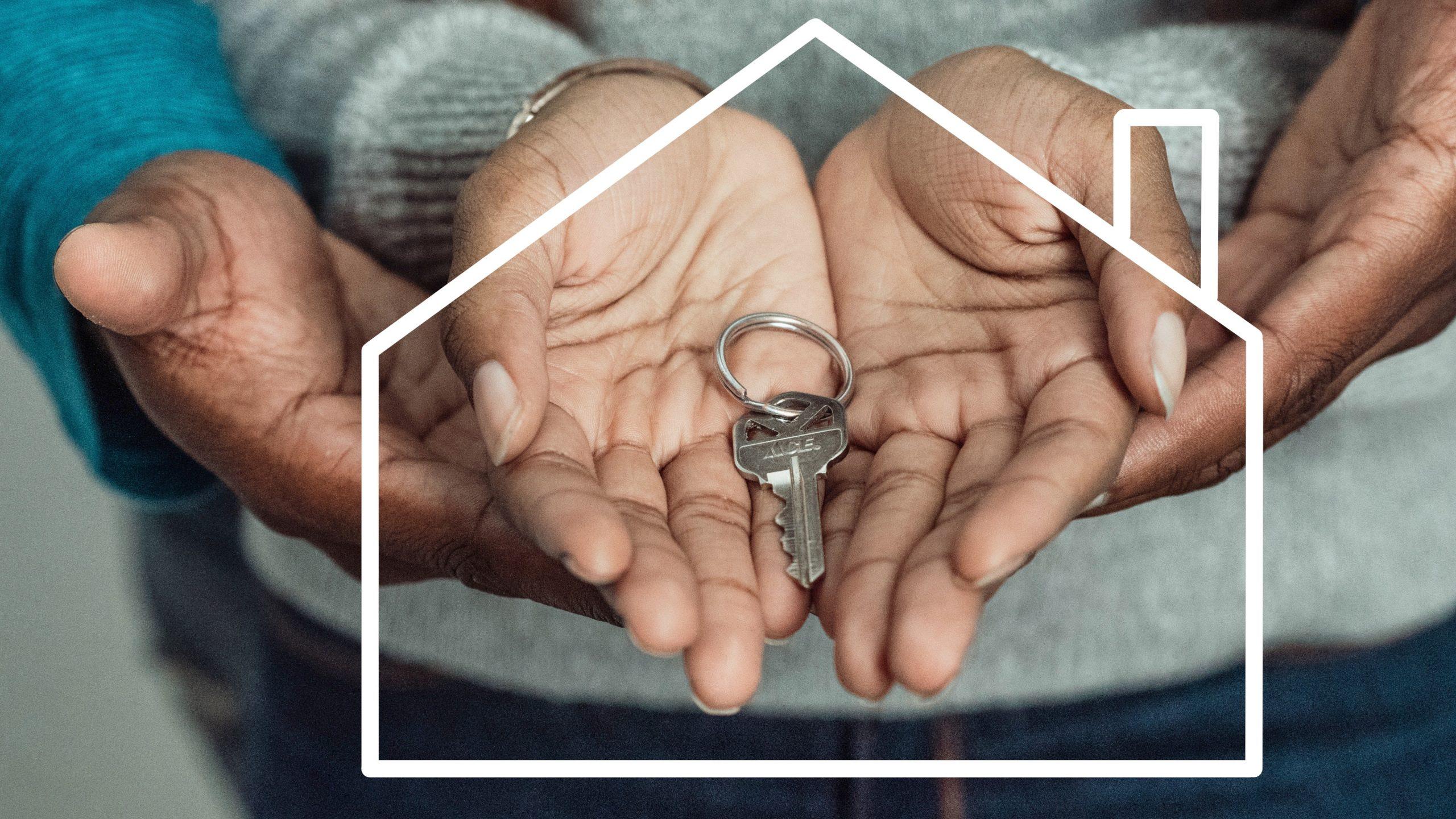 Familia con llaves de nueva casa