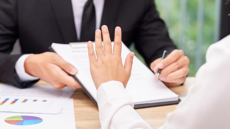 personas haciendo un acuerdo hipotecario