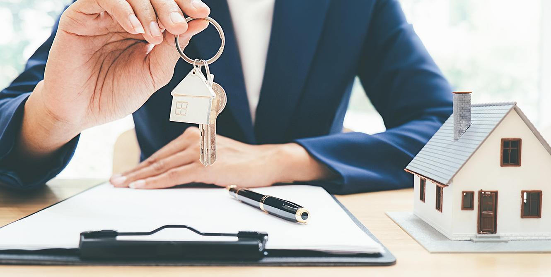 prestamista con llaves de casa hipotecada