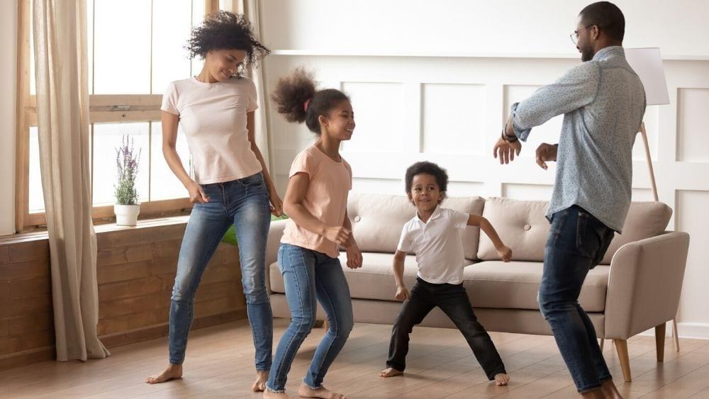 familia feliz en su nueva casa con hipoteca