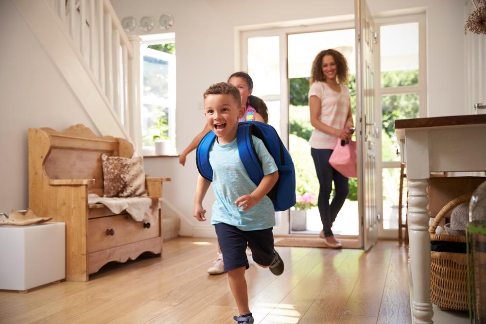 niños contentos entrando a su casa nueva